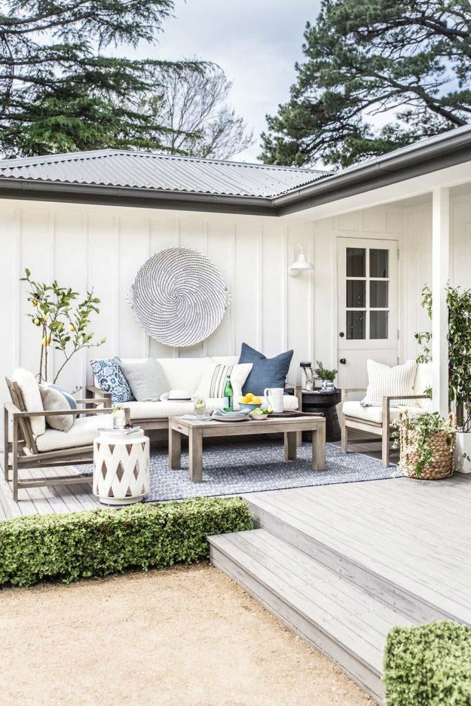 Dit is de super mooie tuin van fotografe en stylist Nicki van Cottonwoodandco.com. Het tuinkleed matcht perfect met de witte en blauwe kussens van de tuinset.