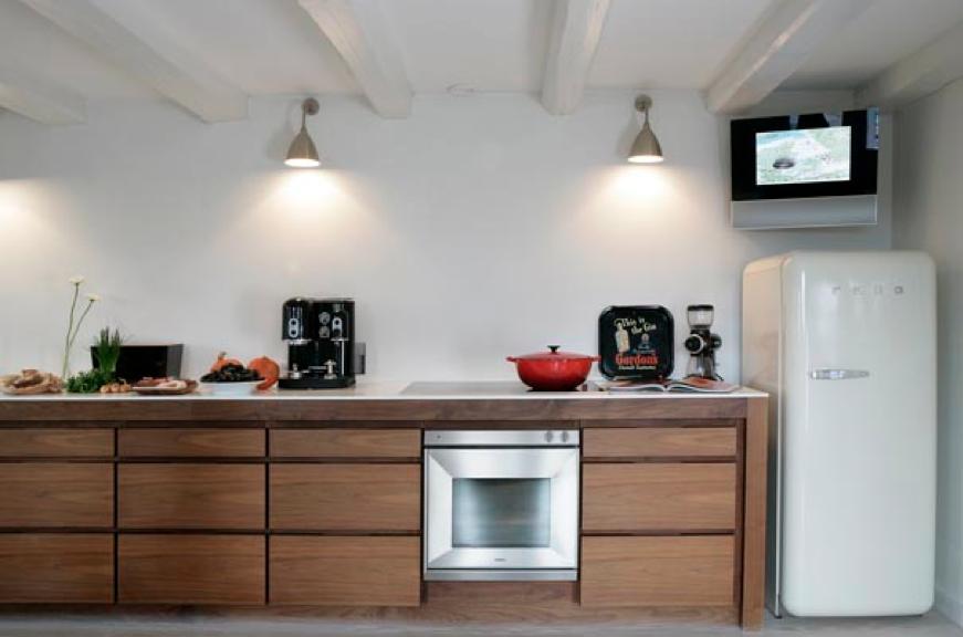 TV aan de muur in de keuken