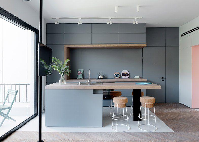 TV aan een paal in de keuken