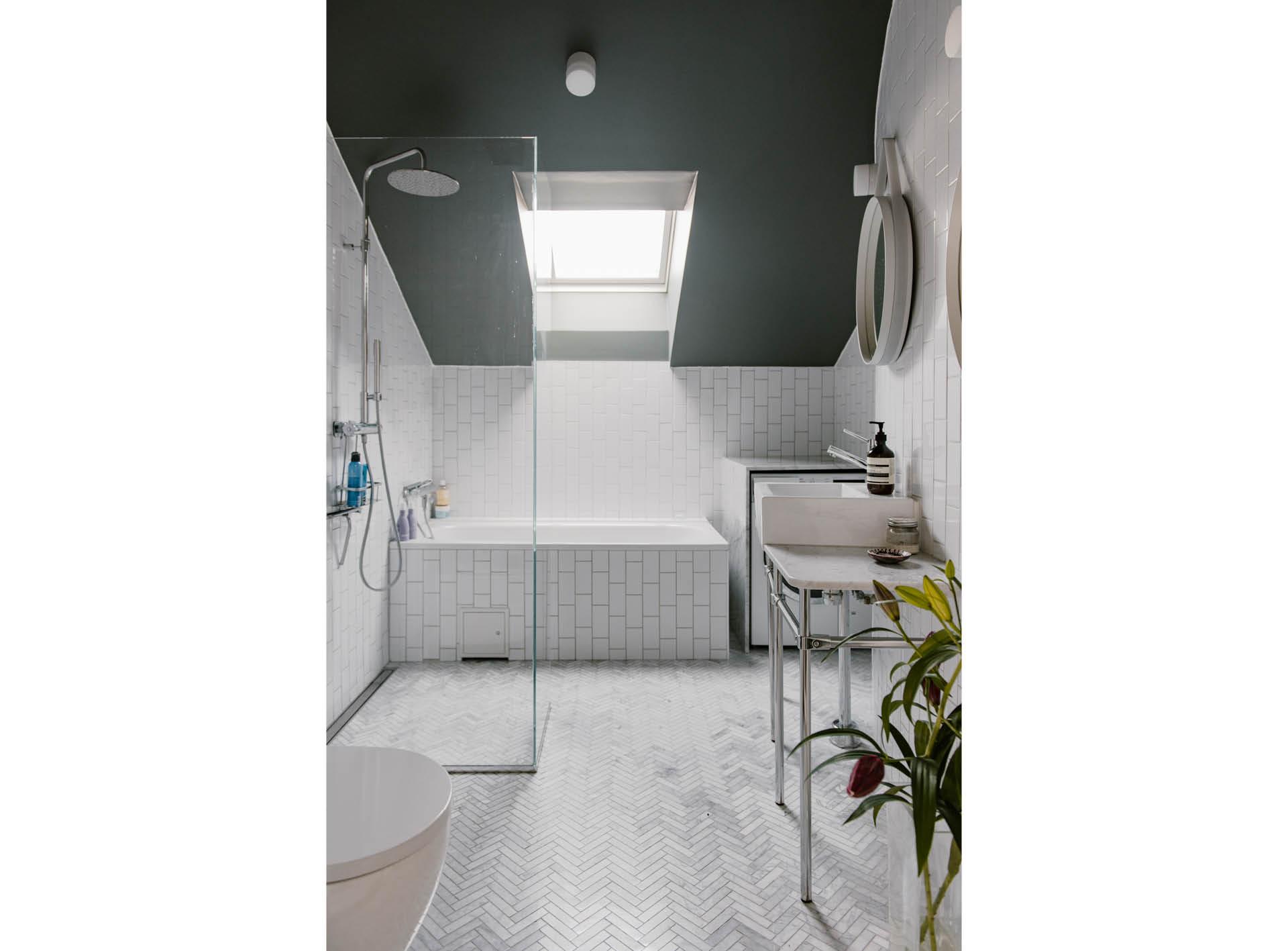 Verrassend leuke, ruime en lichte badkamer   HOMEASE