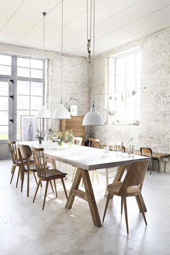 Verschillende stoelen aan de eettafel