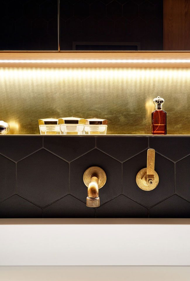 Vitnage badkamer met gouden kraan