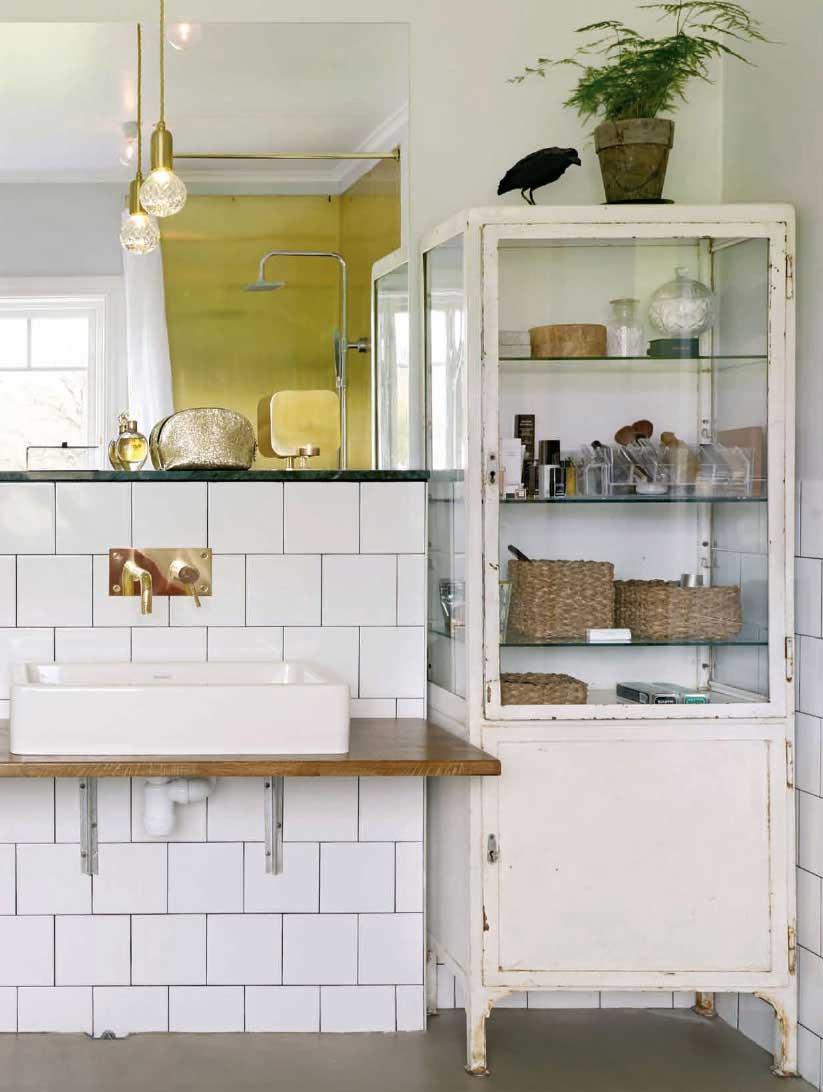 Vintage badkamer met vintage medicijnkast