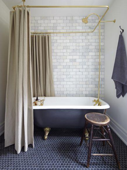 Vintage badkamer met bad op pootjes