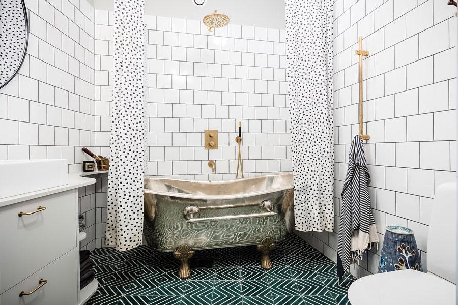 Vintage badkamer met groene cementtegels en gouden details