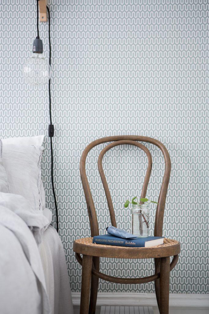 vintage-cafe-stoel-nachtkastje-naast-bed