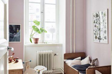 Vintage kinderkamer met roze muren