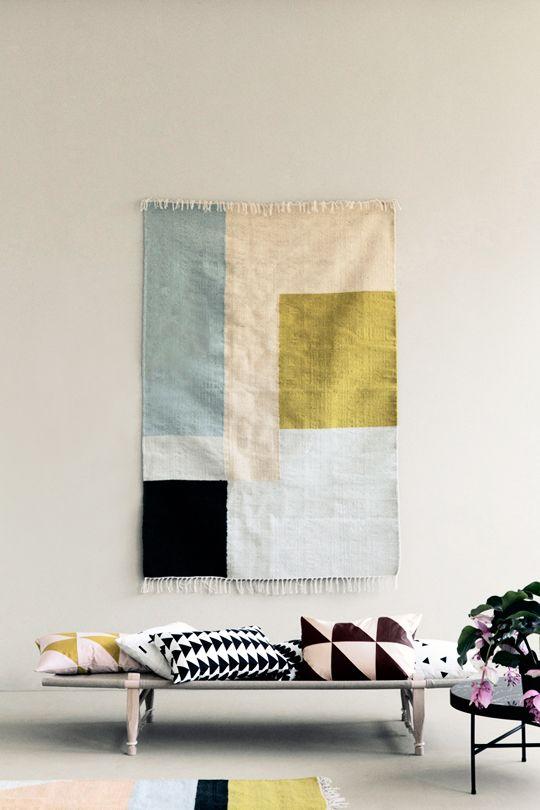 Kleurrijk wandkleed aan de muur
