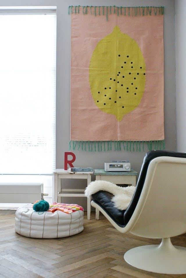 Roze vloerkleed aan de muur hangen met klittenband