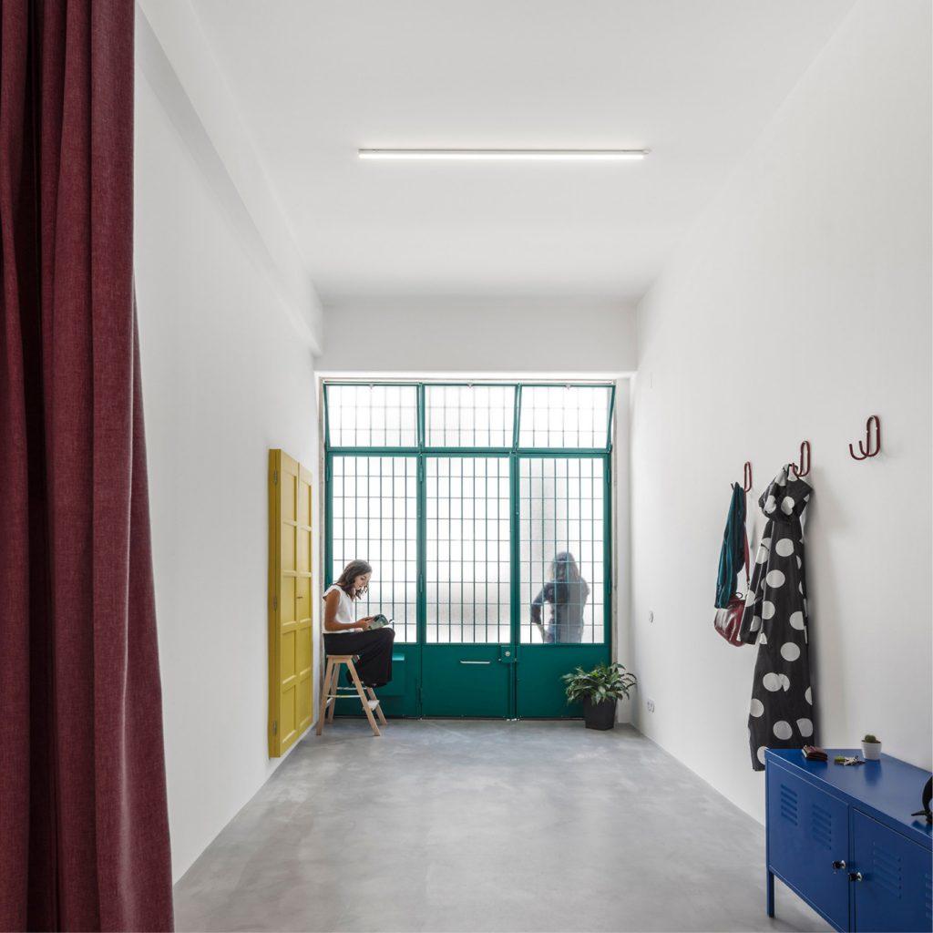 Voormalige garage verbouwd tot stoere minimalistische open loft