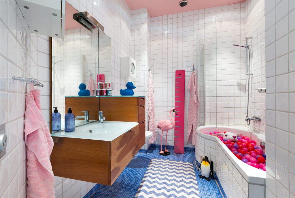Vrolijke gedurfde kleuren in een Scandinavisch appartement