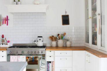 Vrolijke witte keuken van Yvonne