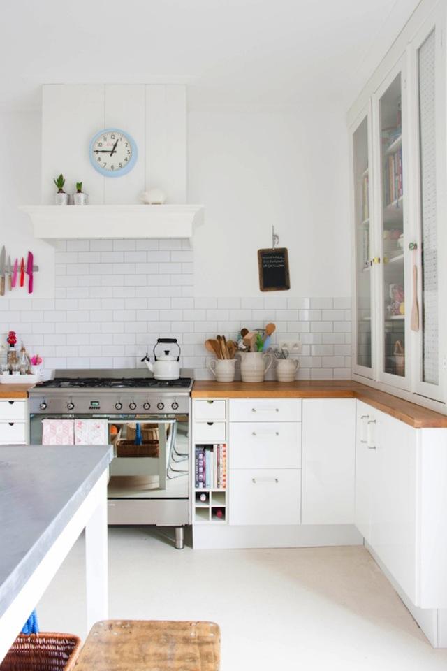 Vrolijke witte keuken van yvonne homease - Plan de travail mural rabattable ...