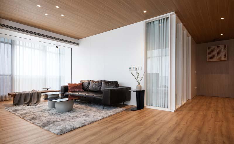 warm interieur glazen wand in muur woonkamer