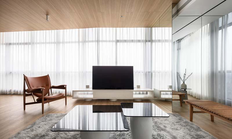 warm interieur woonkamer spiegelwand houten plafond