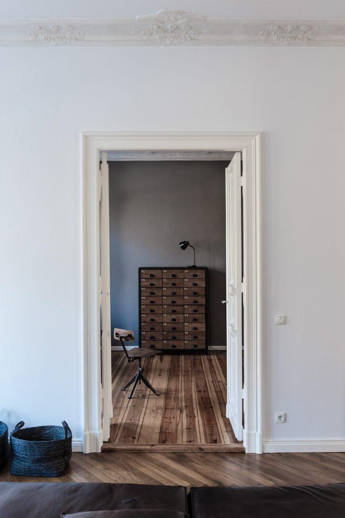 Warme vintage woonkamer in een klassiek appartement