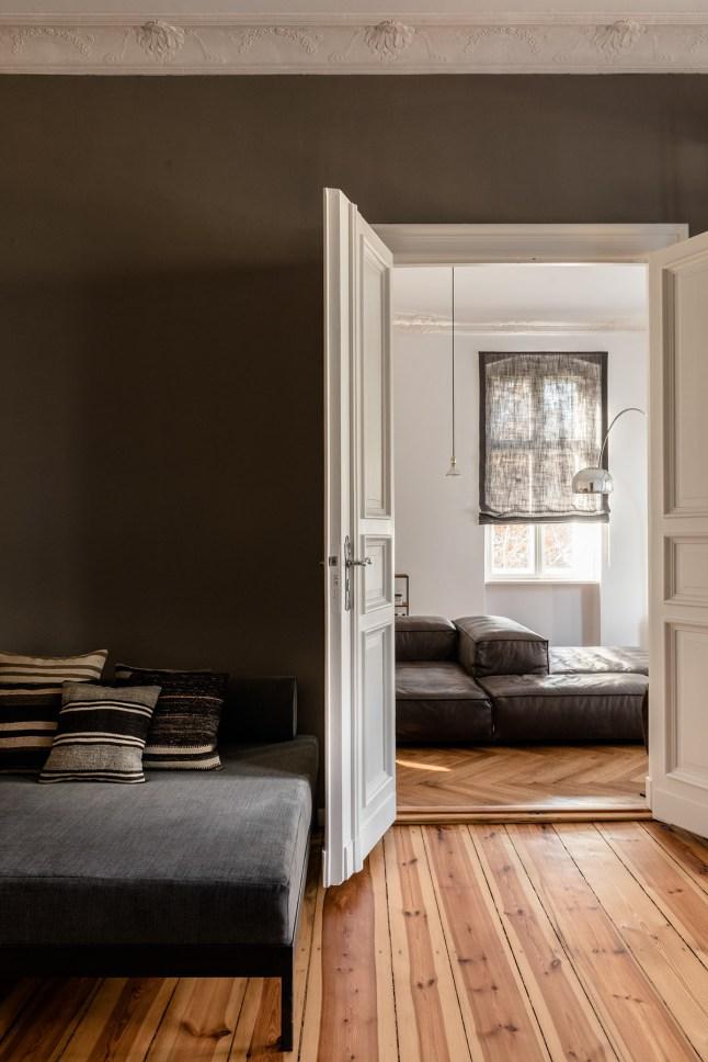 Warme vintage woonkamer in een klassiek appartement | HOMEASE