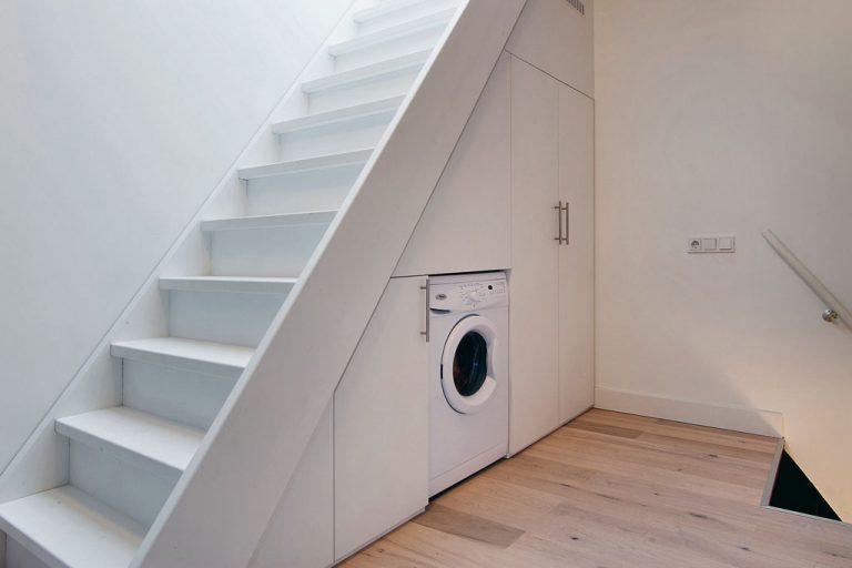Wasmachine in trapkast