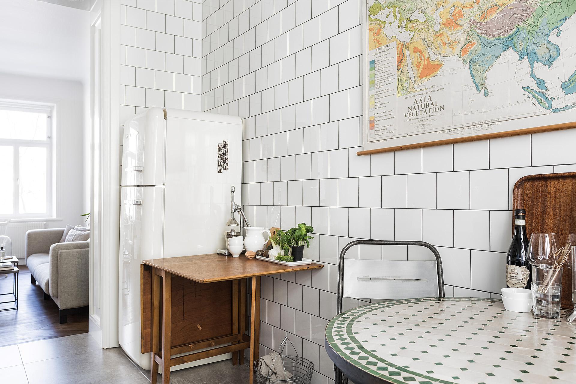 De keukenkasten zijn strak, modern en donkerblauw, afgewerkt met een ...