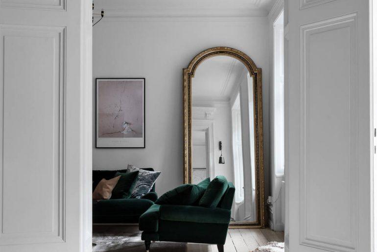 woonkamer ideeen grote gouden spiegel in de hoek