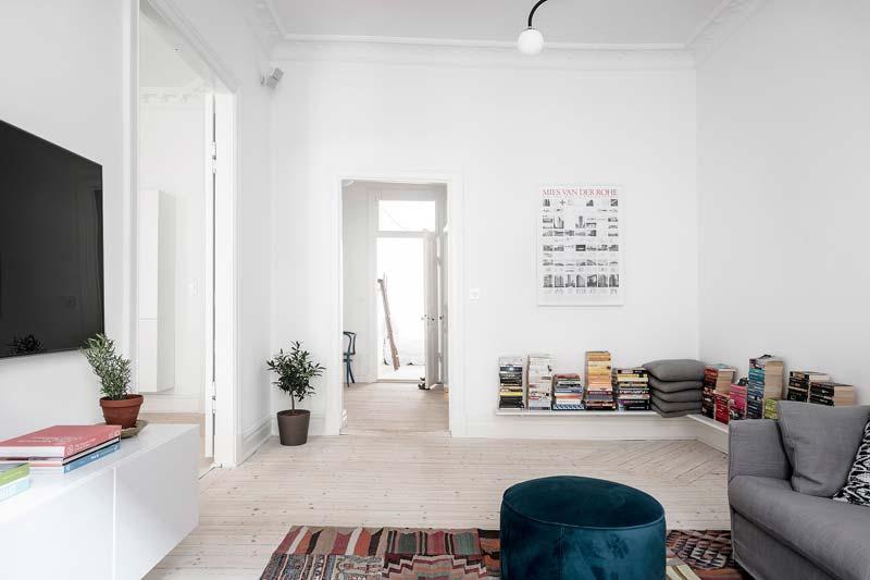 woonkamer ideeen lage boekenplanken met stapels boeken