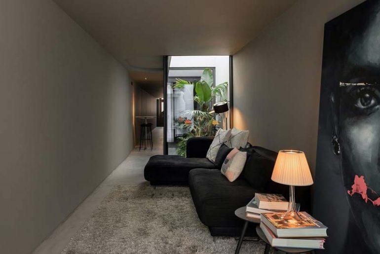woonkamer ideeen - smalle woonkamer met donkere muren, vloer en plafond