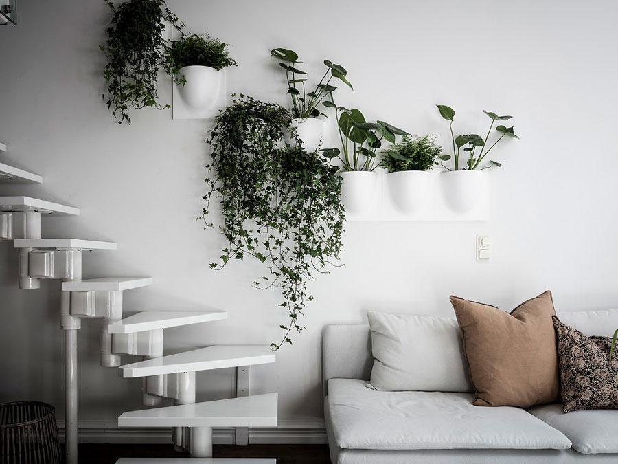 woonkamer ideeen - verticaal tuinieren planten aan de muur in witte plantenpot