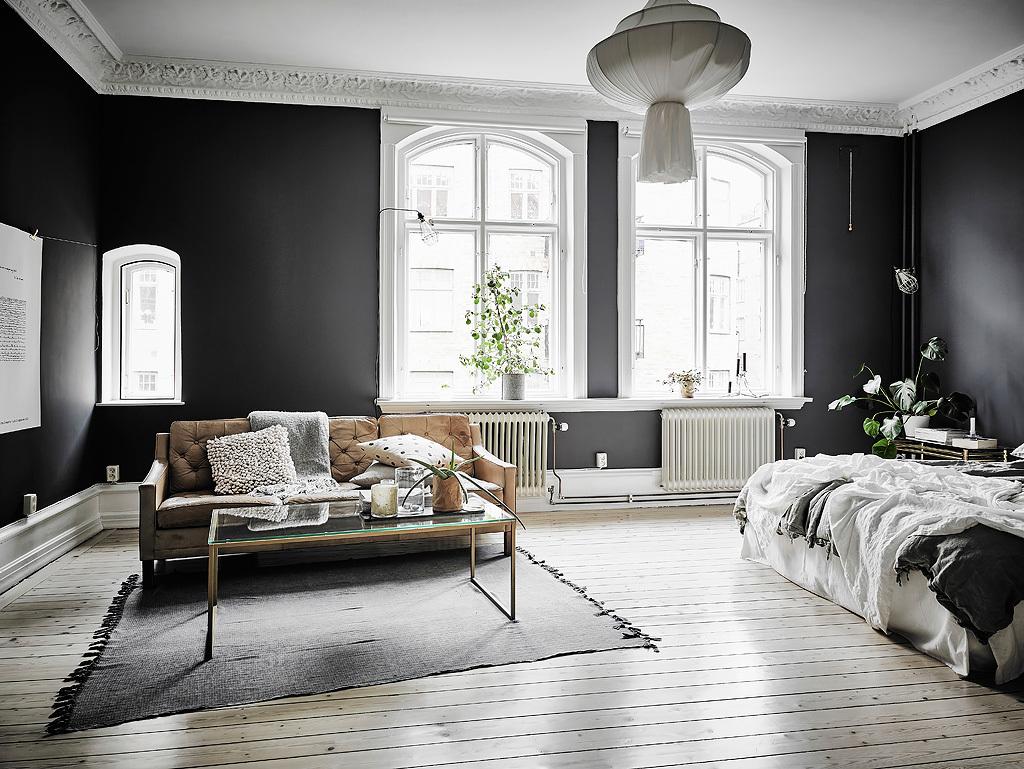 Woonkamer slaapkamer combinatie met zwarte muren homease