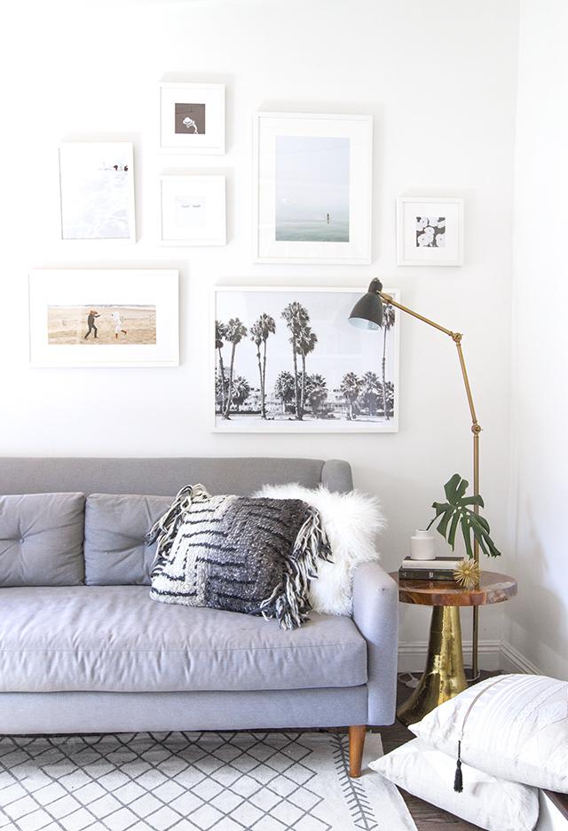 woonkamer-witte-fotolijsten-collage-muur