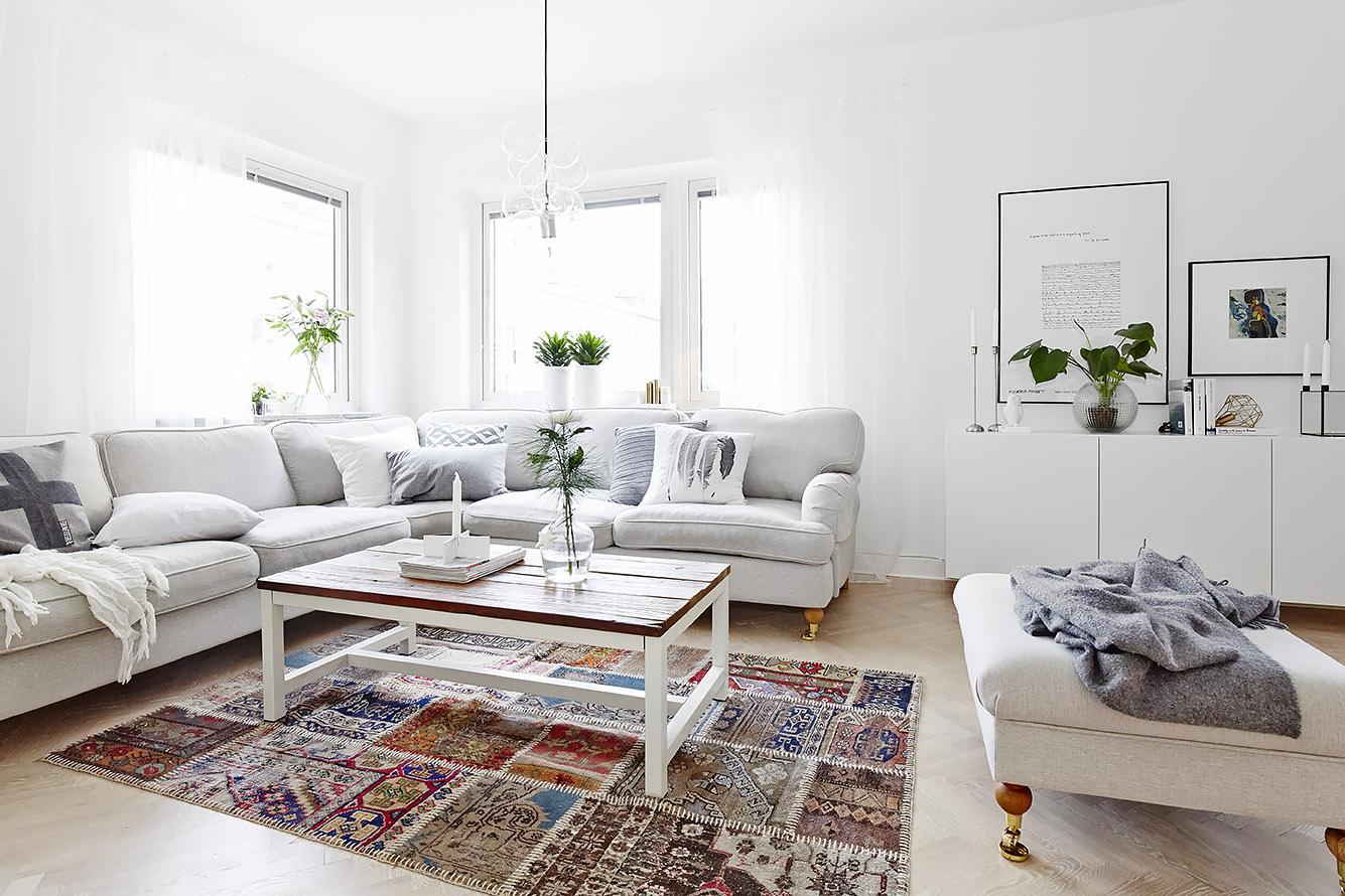 72 . Het is een grote woonkamer, ingedeeld met een zitgedeelte en een ...