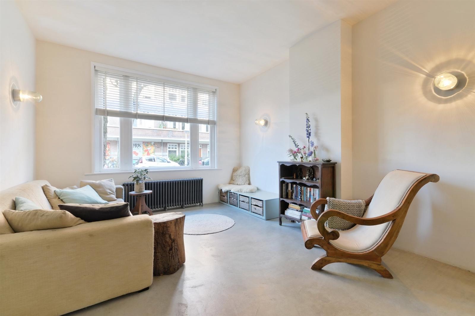 Stoere woonkamer van jaren \'30 benedenwoning | HOMEASE