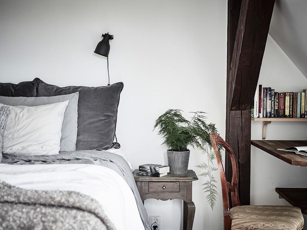 In deze zolder slaapkamer hebben ze de schuine wand erg leuk ingericht!