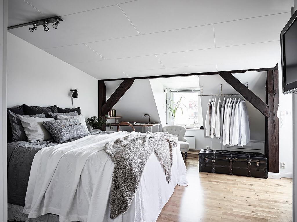in deze zolder slaapkamer hebben ze de schuine wand erg leuk ingericht