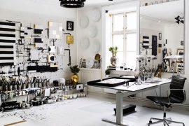 Zwart wit interieur van Deense kunstenares