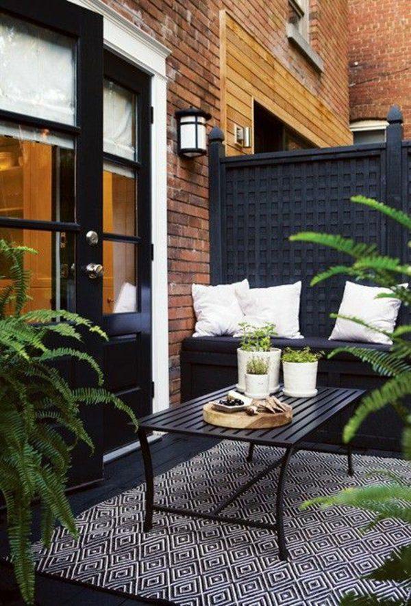 Zwart witte vloerkleed in tuin