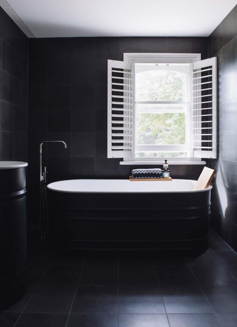 zwarte badkamer bad wastafel