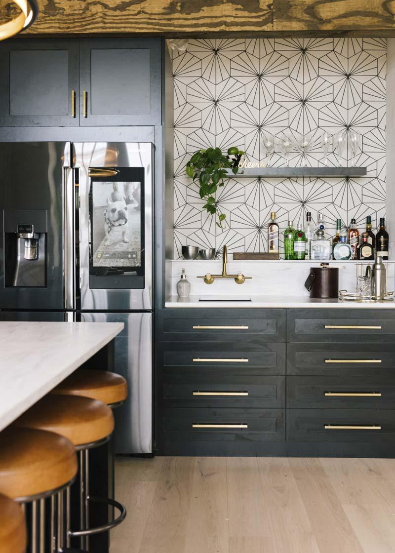 zwarte houten keuken gouden deurgrepen