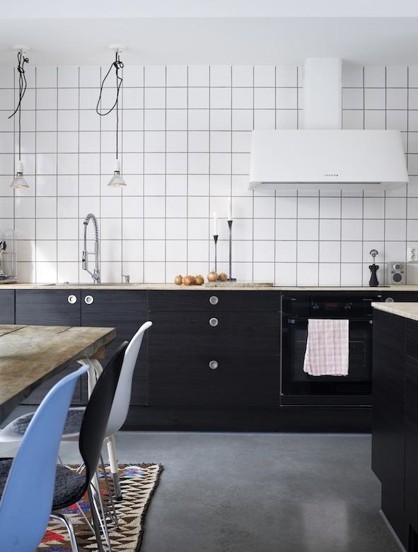 Zwarte keuken en houten werkblad