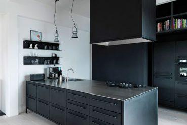 Zwarte stalen keuken van Noorse ontwerper