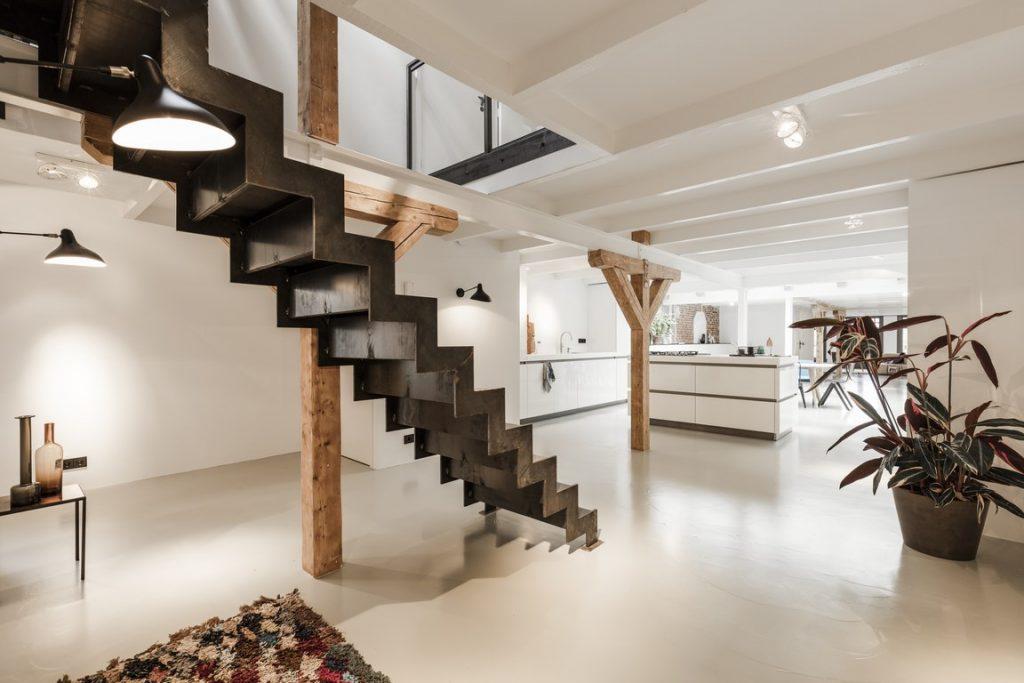zwarte-stalen-trap-loft-appartement